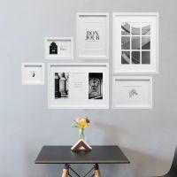 Mur de photos avec 6 cadres blancs