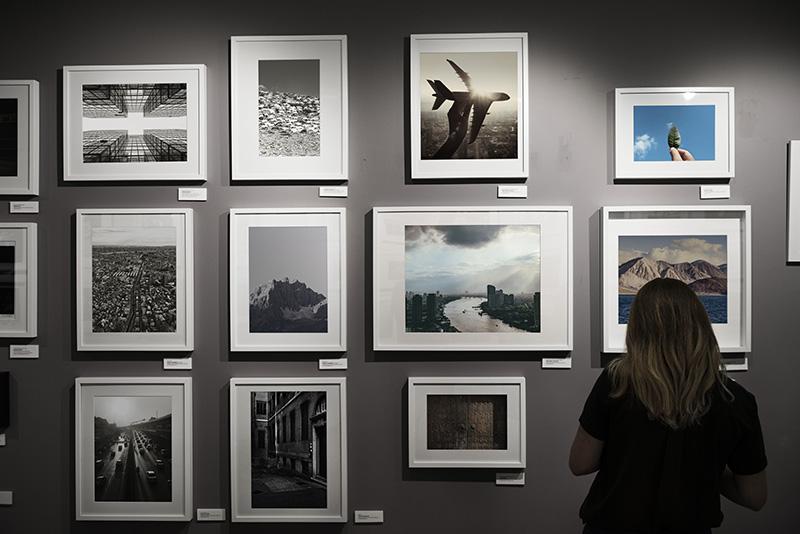 Femme entrain de regarder une exposition photo