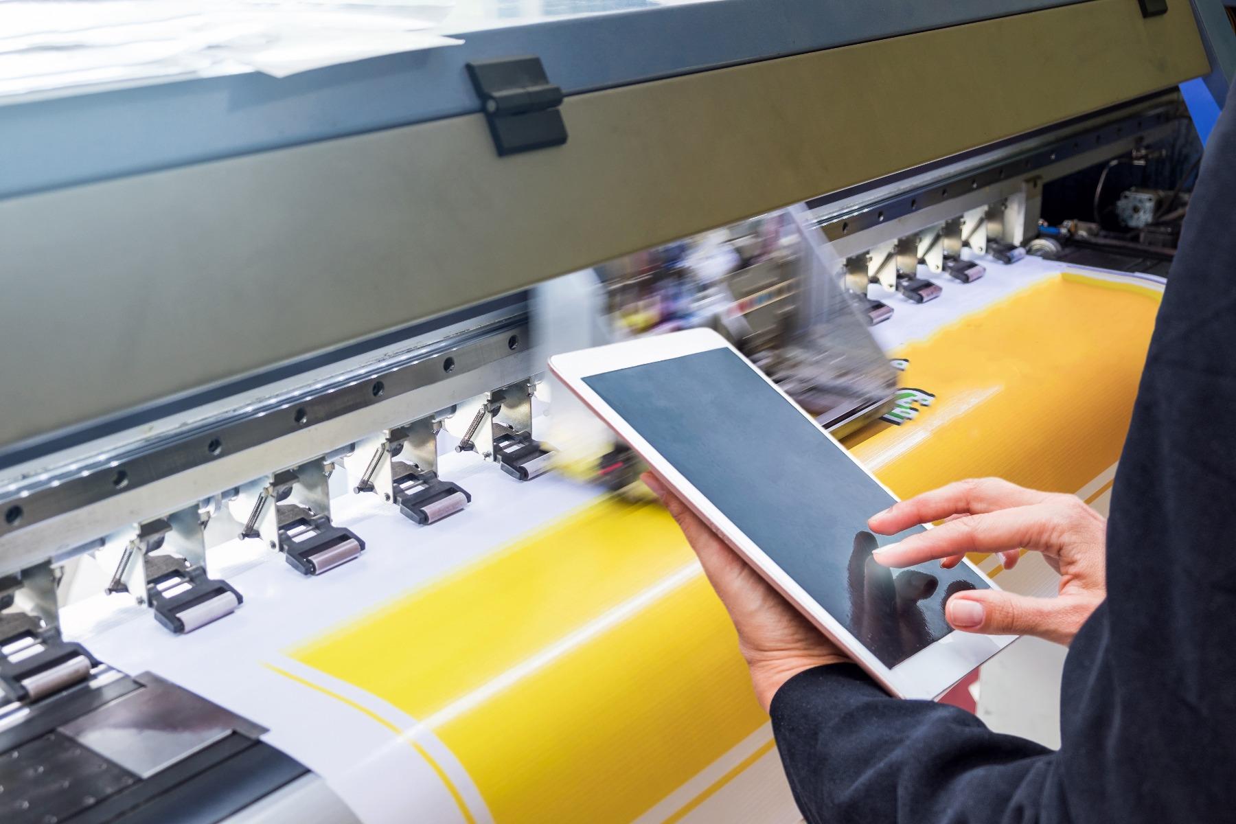 Imprimante à jet d'encre entrain d'imprimer sur du papier couchage gloss